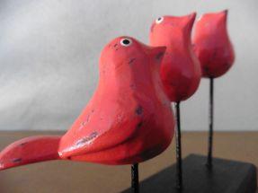 3 petits oiseaux branchés en bois peint