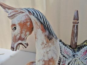 Cheval arabe sur socle