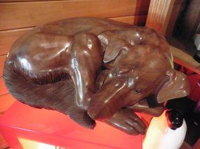 MEDOR chien couché en bois taille directe